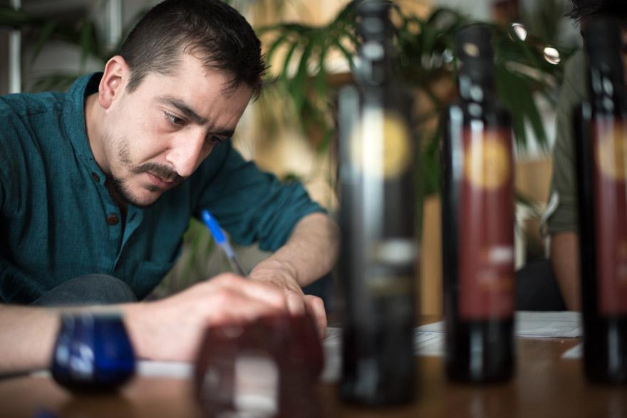 Sergio Bello rellenando la hoja de perfil de cata