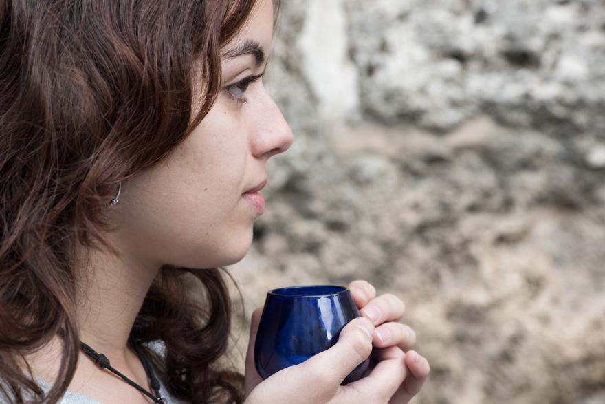 Catadora de aceite con copa de cata a 10 cm de la nariz