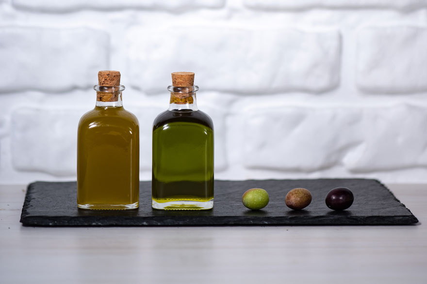 Filtered and unfiltered extra virgin olive oil